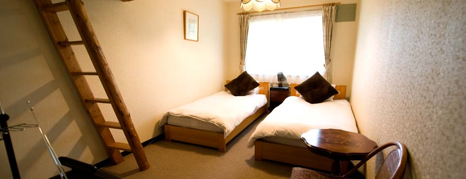 Small Twin Room with Loft ロフト付トリプルルーム